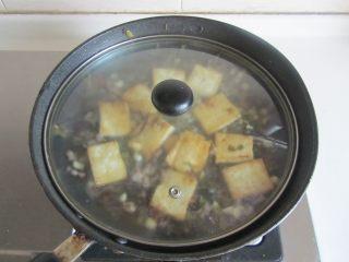 雪菜肉末烧豆腐,加入适量的酱油和水, 煮上一、两分钟;