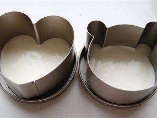 火龙果酸奶双色慕斯,模具组装好,底部各铺上一片蛋糕片,倒入酸奶慕斯,送入冰箱冷藏。