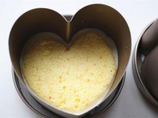 火龙果酸奶双色慕斯,冷藏过后的酸奶慕斯,虽然还没有凝固,但基本不再流动了,再分别盖上一片蛋糕片。