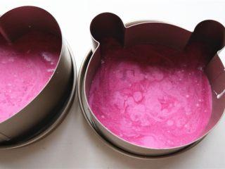 火龙果酸奶双色慕斯,把火龙果慕斯倒入模具,再次送入冰箱冷藏3个小时以上,彻底凝固就好了。