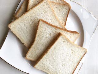 """爆浆吐司,取出白面包 如图去边,用擀面杖或者你自己的方法(反正我用手)压扁,压平实备用 这里为什么要强调白面包呢,咳咳, 下面的知识点值1毛钱,你们看着给。     吐司面包是西式面包的一种,在欧陆式早餐常见,在香港的茶餐厅也有,原料是方包,放在烤面包机(香港称作""""多士炉"""")烤至香口,取出,在方包的一边批上奶油、牛油、果酱等配料,用两块方包夹起来便成,是热食的。温度高时较为松软好吃,低温的状态下会变硬,风味口感都会差很多。  另外,有时因为个人的喜好,有人会把烤面包拿来炸。(比如我)"""