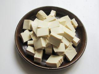 丝瓜炖豆腐,豆腐划成大小均匀的块状