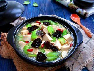 丝瓜炖豆腐,关火装盘,可以美美的享受佳肴了