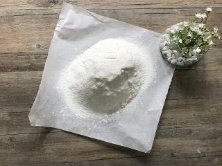 金宝顶蓝莓麦芬,低筋面粉、细砂糖、盐、泡打粉,混合过筛。