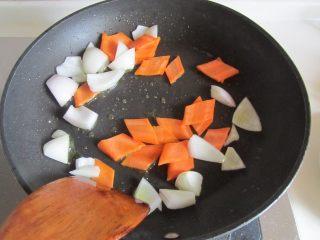咖喱鸡片菜花,洋葱翻炒出香味后加入红萝卜片翻炒;