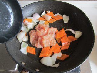 咖喱鸡片菜花,微微出红油后下入鸡片翻炒;