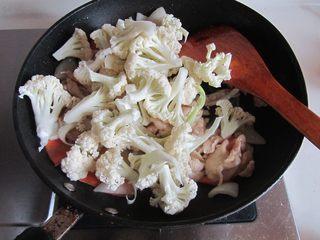 咖喱鸡片菜花,直至鸡片变色后加入花菜一起翻炒;