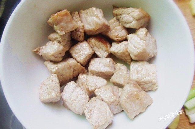 馋嘴猪肉粒,颜色变白,定型后即可捞出