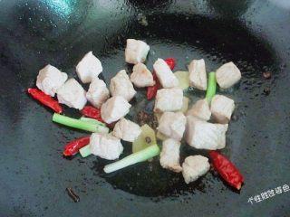 馋嘴猪肉粒,倒入炸好的肉粒翻炒