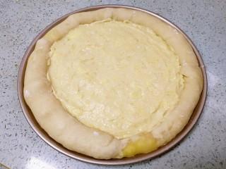 榴莲披萨,把榴莲肉铺上去,抹均匀。