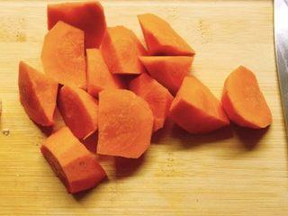 香菇胡萝卜炒西兰花,胡萝卜切块准备
