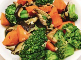 香菇胡萝卜炒西兰花,大火翻炒5分钟后加入香菇,再翻炒均匀即可