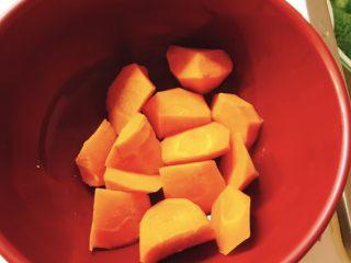 香菇胡萝卜炒西兰花,胡萝卜用开水煮沸。因为胡萝卜不容易熟,所以更要用热水煮一下