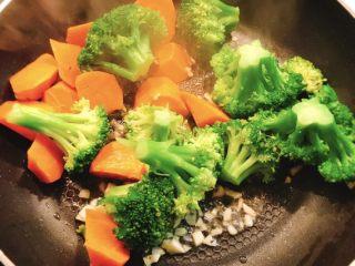 香菇胡萝卜炒西兰花,加入大蒜和蚝油爆锅,然后加入胡萝卜和西兰花
