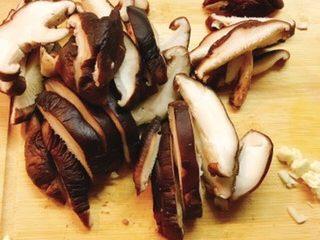 香菇胡萝卜炒西兰花,香菇洗净切片