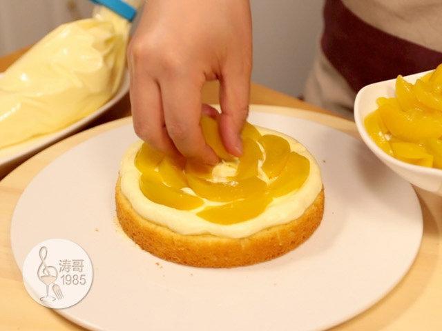 黄桃裙边蛋糕,挤好后摆上一些事先切好的黄桃,我用的是黄桃罐头,什么季节都能买到,在奶油霜上均匀摆一层就可以