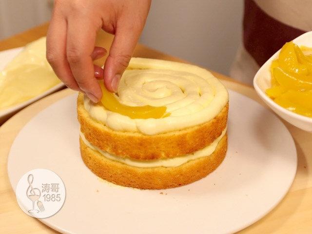 黄桃裙边蛋糕,重复上面的步骤挤奶油霜,然后摆黄桃