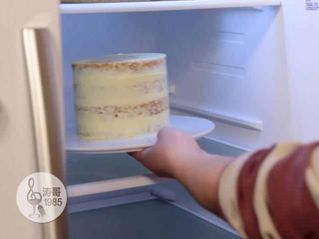黄桃裙边蛋糕,用蛋糕小抹刀来做蛋糕渣涂层,也就是在蛋糕表面均匀涂抹一层薄薄的奶油霜,用来固定蛋糕渣