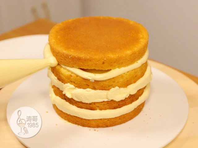 黄桃裙边蛋糕,蛋糕渣涂层做好后用纸巾把盘子擦干净