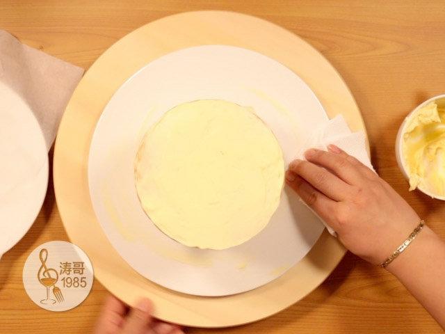 黄桃裙边蛋糕,再把蛋糕放进冰箱的保鲜层冷藏15分钟定型