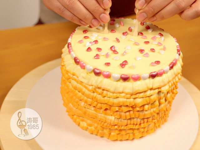 黄桃裙边蛋糕,最后把两根水果叉插在蛋糕顶部