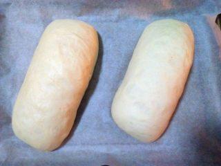 酸奶软欧,放烤箱(内放一碗热水)发酵至两倍大;