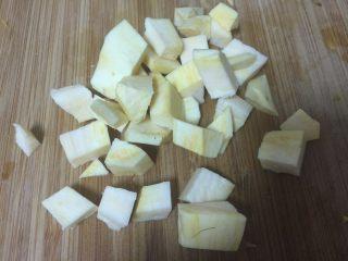 干锅土豆鸡翅,土豆胡萝卜等配菜切块。