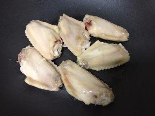 干锅土豆鸡翅,锅内少油放入鸡翅,皮朝下煎至金黄。