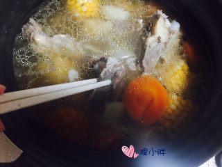 胡萝卜玉米骨头汤,盐最后再加,提前加的话筒骨上的肉不容易炖烂