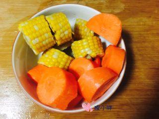 胡萝卜玉米骨头汤,玉米和胡萝卜切块