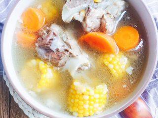胡萝卜玉米骨头汤,成品图