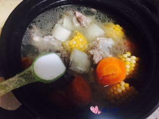 胡萝卜玉米骨头汤,出锅前加入一勺盐,炖个十分钟出锅即可。