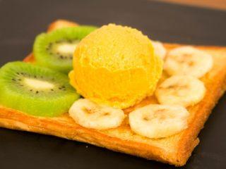 冰淇淋三明治,摆上你爱的<a style='color:red;display:inline-block;' href='/shicai/ 10063/'>水果</a>。中间留一块位置放冰淇淋球~