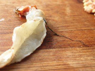 胡萝卜虾饺,开背,除去虾肠。