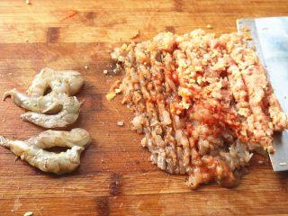 胡萝卜虾饺,一半虾剁成虾泥和肉混合,一半留着切成块,这样吃的时候会吃到块状的虾肉。