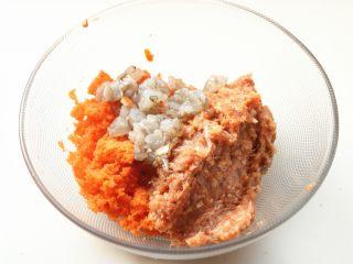 胡萝卜虾饺,肉馅,胡萝卜渣和虾块放到盆子里。