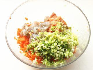 胡萝卜虾饺,加入葱末。
