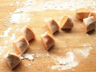 胡萝卜虾饺,面团搓成条,切成大小合适的剂子。