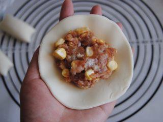 猪肉玉米馅饼,包入适量的猪肉玉米馅