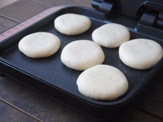 猪肉玉米馅饼,电饼档预热好后,刷上一层薄油,放入馅饼,一面煎3分钟,翻面