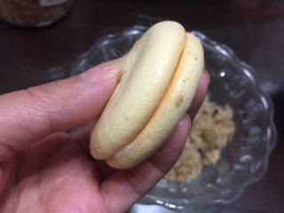 一口肉松小贝+#美食拔草大作战#,用另一块小贝合起来。