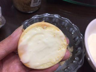 一口肉松小贝+#美食拔草大作战#,小贝的底部均匀的抹上酱料。