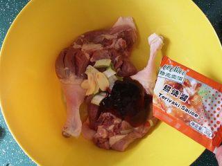 照烧酱鸭腿,盆中放入鸭腿、葱姜和2袋照烧酱