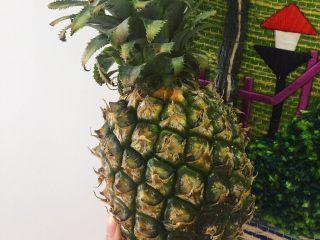 夏威夷菠萝炒饭,一块钱的知识点: 菠萝即为凤梨。凤梨根据《辞海》的解释,凤梨即菠萝,原产巴西。由于产区不同,菠萝的外观和内里都有区别。 人们习惯上称的凤梨实际是指台湾菠萝 现如今,目前市场上见到的多是台湾的种子,在海南培育后的果实。 它与海南土产菠萝(称海南菠萝)的最大区别是:刺很浅,一般削皮后即可食用。 准备所需要的食材