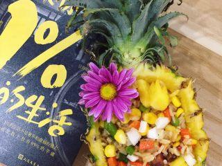 夏威夷菠萝炒饭,噔!噔!噔!噔! 美味的夏威夷炒饭完成啦 这一道美味刺激冒险之旅值得你和最爱的人分享 值得你亲手去完成  收藏起来留着露一手吧!