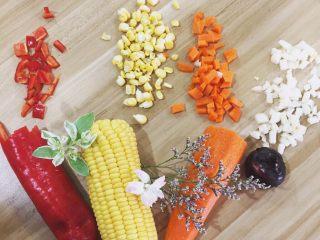 夏威夷菠萝炒饭,炒饭的完美搭配就是玉米粒和胡萝卜粒啦 能让炒饭看起来颜色鲜艳 增加食欲 光是切它们的时候心情就已经很好了 不信,你试试