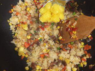 夏威夷菠萝炒饭,倒入准备好的菠萝肉和菠萝肉汁(倒入后随之熄火,保持菠萝汁的清香不破坏水果的维生素)