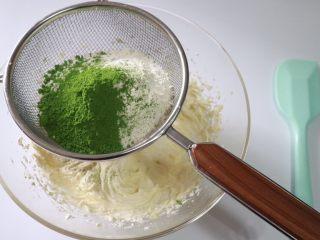 抹茶白巧曲奇,过筛加入抹茶粉与低筋面粉