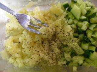 周末懒人版减肥快手早餐午餐晚餐,压碎的土豆泥和黄瓜倒一点橄榄油(喜欢沙拉酱的可以放哦,但是减肥的还是建议放橄榄油哦)😊,再撒一点黑胡椒和盐,拌匀就好