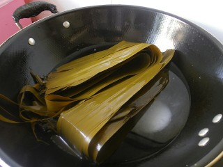 传统红枣粽,将买回来的干粽叶放水里浸泡,泡好之后的粽叶在放入锅中,锅里在加入适量的盐,煮沸消毒。(如果你买的是湿粽叶,那么就不要用水浸泡,直接放在锅子煮沸消毒就可以了)